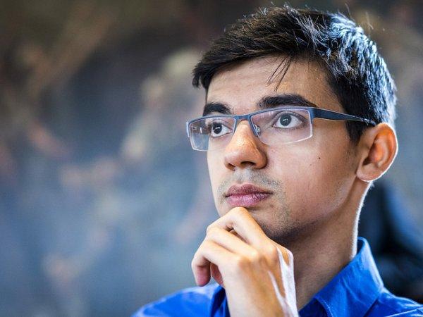 Anish Giri tras la primera mitad del torneo de ajedrez relámpago figura en la tercera posición. Fue el único quien ganó tanto contra Magnus Carlsen como a Wesley So