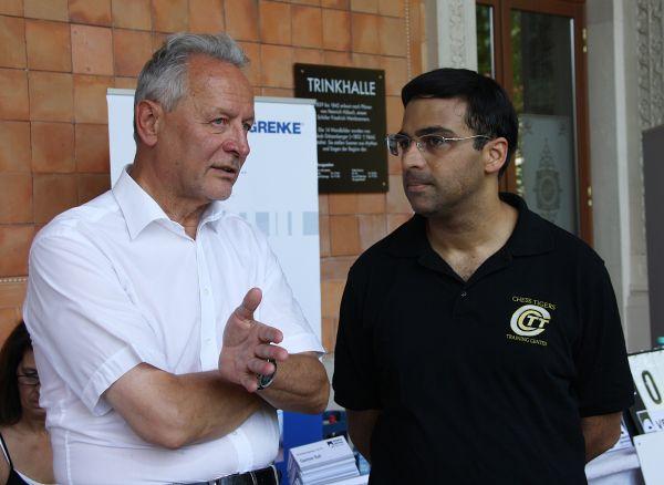 El patrocinador, Wolfgang Grenke, charlando con Vishy Anand