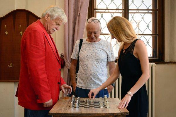 GM Vlastimil Hort con GM Gennadi Sosonko y una de las creadores de piezas de ajedrez de Praga