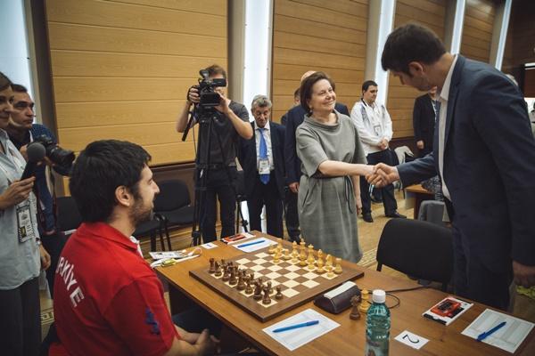 """Natalia Komarova saludándole a Peter Svidler quien a continuación le susurró """"que sea 1.Cf3, por favor"""" para indicarle el saque de honor deseado"""
