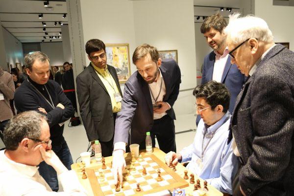 Alexander Grischuk mostrando una idea a sus colegas | Foto: Eteri Kublashvili
