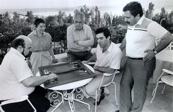 Gisbert Jacoby jugando al backgammon con Garry Kasparov | Foto: archivo de ChessBase