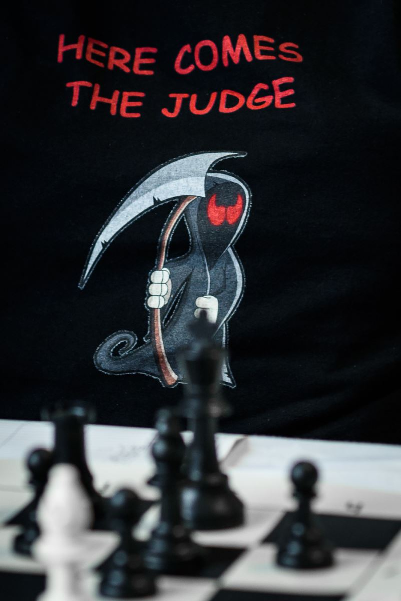 "Shirt with the writing ""Here Comes The Judge"""