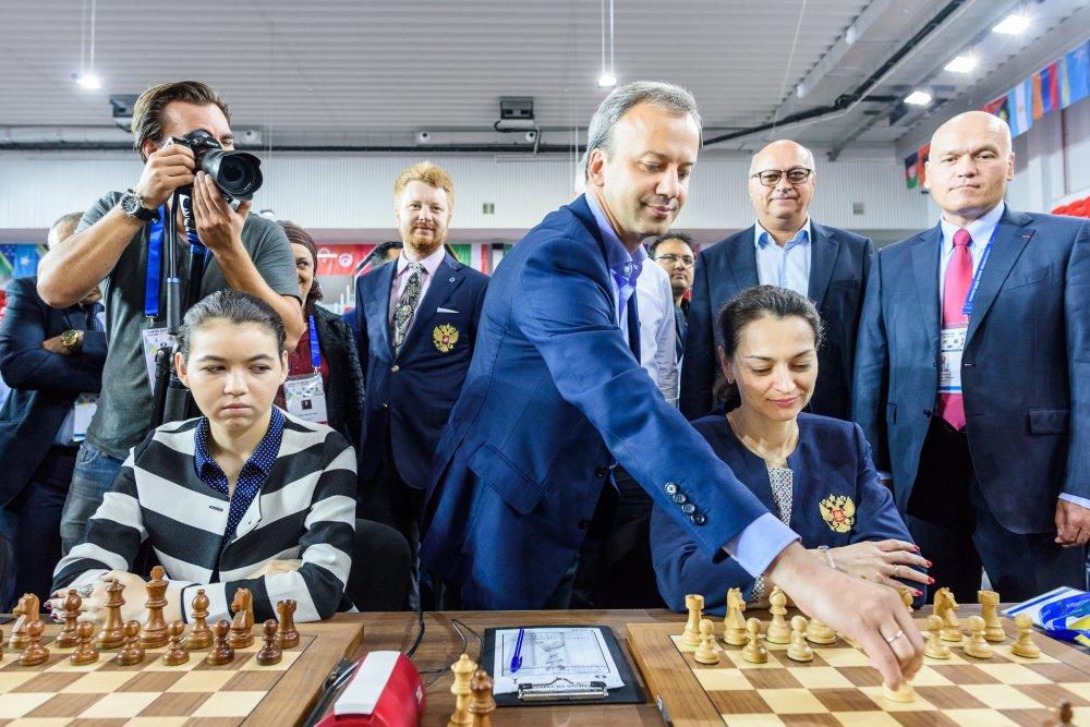 El nuevo presidente de la FIDE, Arkady Dvorkovich realizando el saque de honor en el tablero de Alexandra Kosteniuk en la Olimpiada 2018 en Batumi | Foto: David Llada