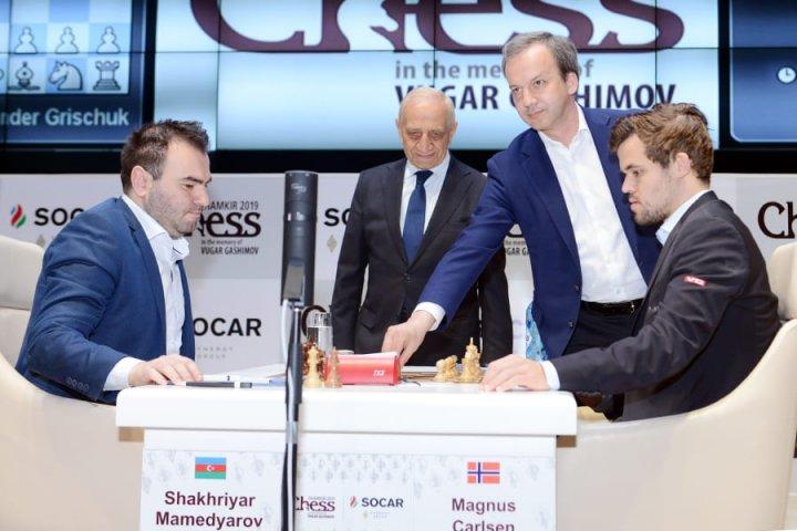 El presidente de la FIDE Arkady Dvorkovich realizando el saque de honor | Foto: Shamkir Chess 2019
